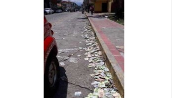 রাস্তায় ভেনিজুয়েলার টাকা, কিন্তু কেন?