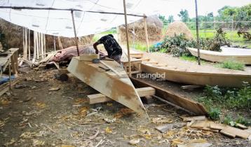 মুন্সিগঞ্জে নৌকা তৈরিতে ব্যস্ত কারিগররা