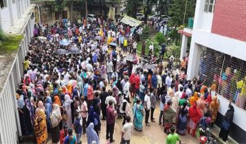 গাজীপুরে টিকাকেন্দ্রে ভিড়, রয়েছে সংক্রমণের ঝুঁকি