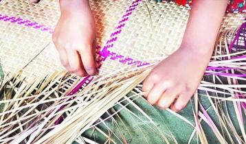 হারিয়ে যাচ্ছে গৃহবধূদের শীতল পাটি বুনন