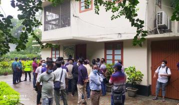 রাবির প্রশাসনিক ভবনে 'অবৈধ' নিয়োগপ্রাপ্তদের তালা