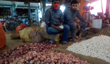 হিলিতে পেঁয়াজের দাম বাড়ায় বিপাকে খুচরা ব্যবসায়ীরা