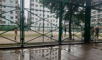 লকডাউনে বৃষ্টিতে দলবেঁধে ফুটবল