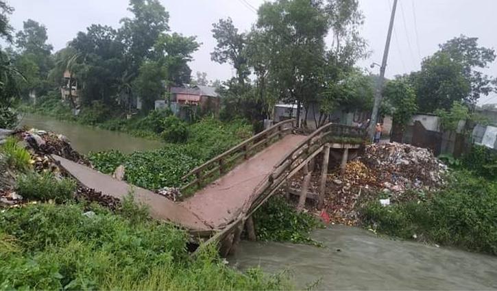 গোপালপুরে সেতু ভেঙে নদীতে, চলাচলে দুর্ভোগ