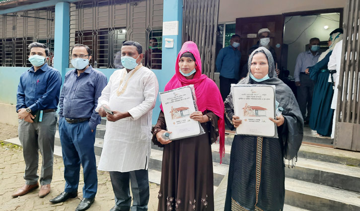রাইজিংবিডিতে সংবাদ প্রকাশ: ঘর পেলেন মুক্তিযোদ্ধার ২ মেয়ে