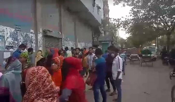 কমলাপুরে রাস্তা অবরোধ করে শ্রমিকদের বিক্ষোভ