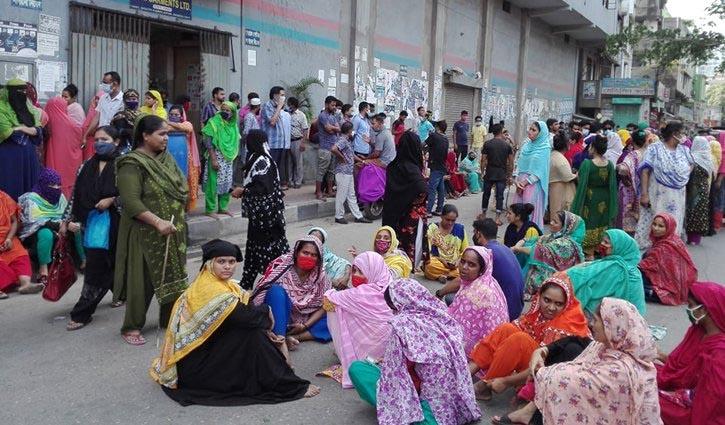Garment workers block road at Kamalapur