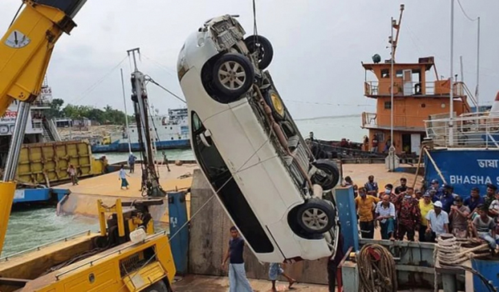 Microbus falling into Padma: Body of missing driver recovered