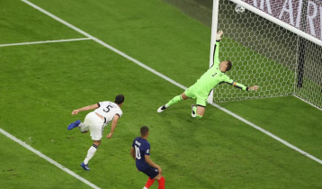 Hummels own goal helps France beat Germany