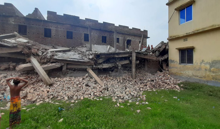 Four-storey building collapses in Rajshahi