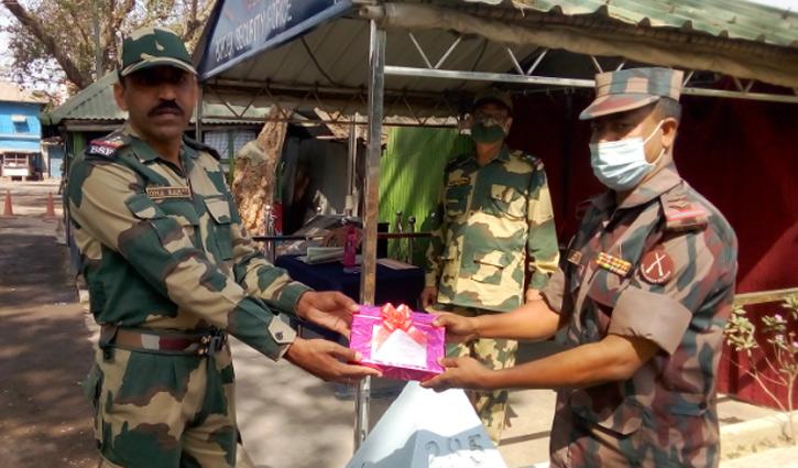 হিলি সীমান্তে বিএসএফ-কে বিজিবি'র মিষ্টি উপহার