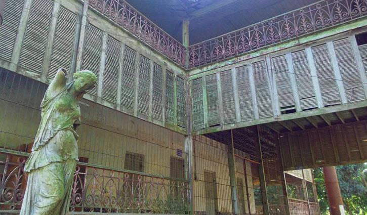 ময়মনসিংহে ধ্বংসের পথে দেড়শ বছরের 'লোহার কুঠি'