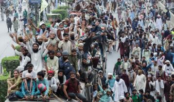 পাকিস্তানে একে-৪৭ রাইফেল নিয়ে পুলিশের ওপর হামলা