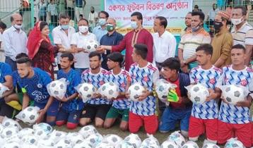 ১০০ ফুটবল উপহার দিলো ক্রীড়া সংস্থা