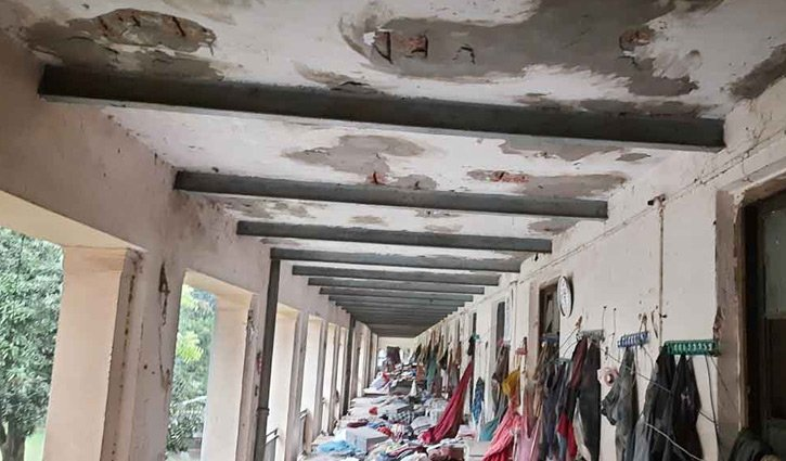 Cracks appear in SM Hall's veranda roof, students asked to leave