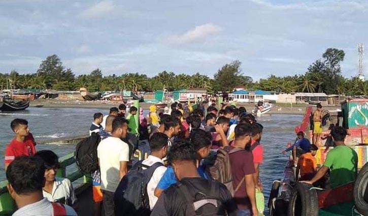 Tourists stranded on St Martin`s returning to Teknaf