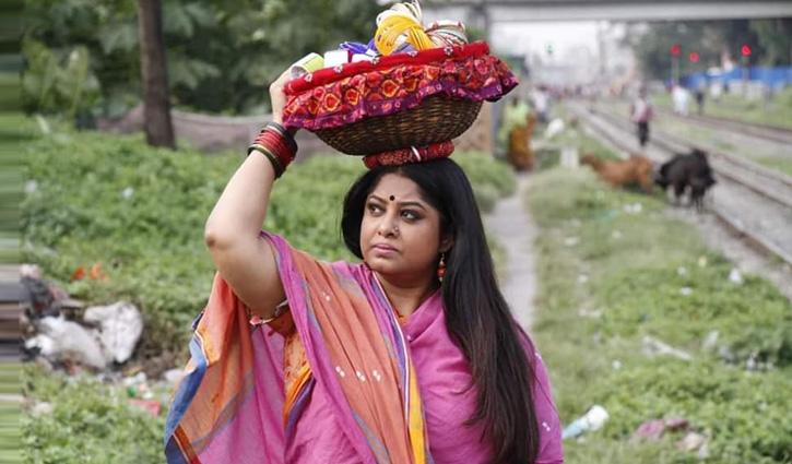চুড়ি-ফিতা বিক্রেতা মৌসুমী!